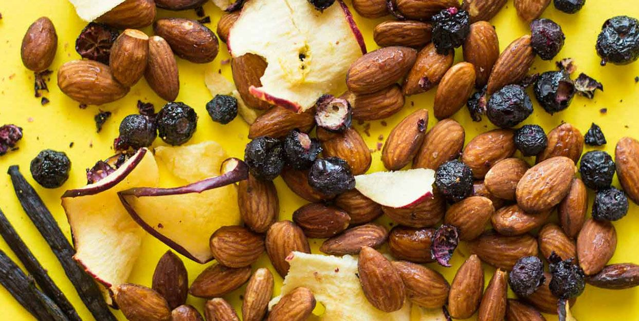 healthy nuts & dried blueberry trail mix - fast healthy snack under 100 calories